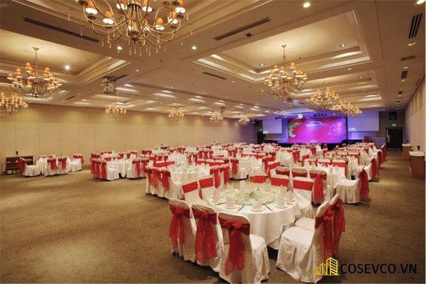 Trang trí tiệc cưới nhà hàng với tông màu đỏ rực rỡ may mắn