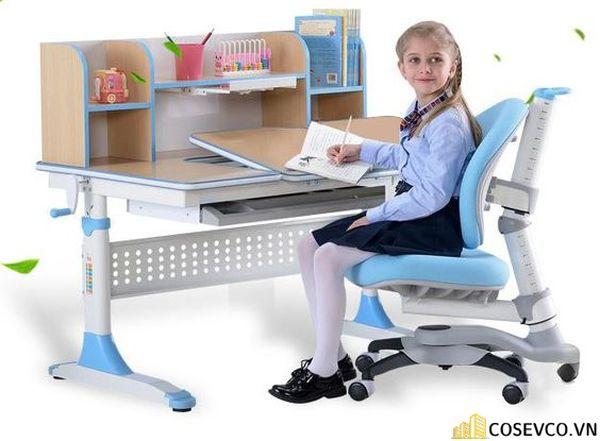 Mẫu bàn học cho trẻ mầm non thêm một kệ sách thì không thừa chút nào.
