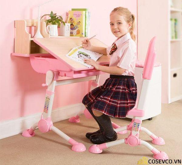 Đối với những bé gái, bàn học thường được trang trí thêm những bông hoa, thú nhồi bông bé yêu thích để giú bé thêm yêu quý góc học tập của mình.