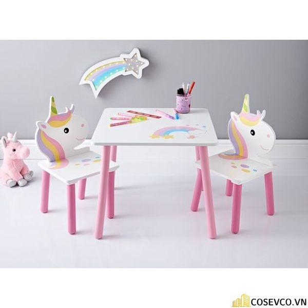 Nếu bé nhà bạn không thích các mẫu bàn học đơn giản thì hãy tậu ngay bộ bàn ghế hình thù ngộ nghĩnh