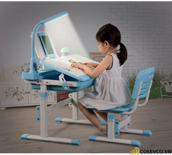 Mang thiết kế hiện đại, độc đáo, bàn học gấp gọn trở thành tủ đồ chơi của bé.